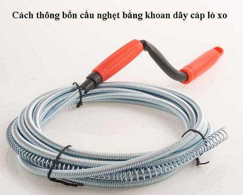 Cách thông bồn cầu nghẹt bằng khoan dây cáp lò xo